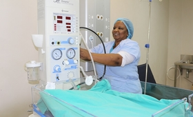 Sister Lindiwe Shongwe preparing for resuscitation after delivering a baby ©UNFPA 2018